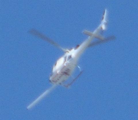 長い棒を装着したヘリコプター