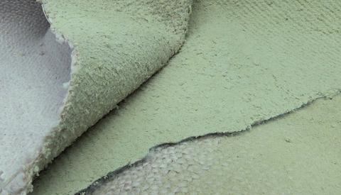 じゅうたんの下の緑色の粉